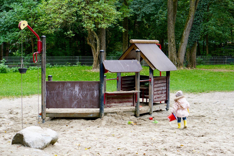 unsere-liebsten-spielplaetze-muenchen-spielplatz-leopoldpark-spielhaus
