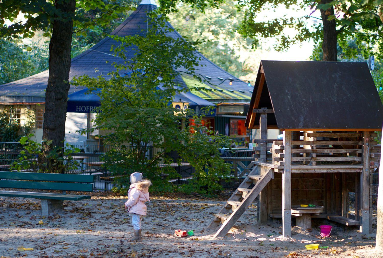 unsere-liebsten-spielplaetze-muenchen-spielplatz-milchhaeusl-spielhaus-und-biergarten