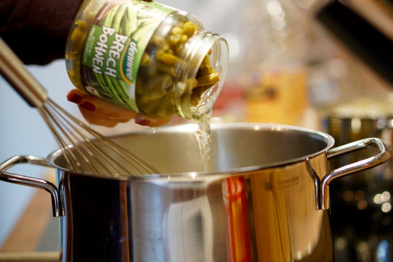 Brechbohnen mit Hackbällchen & Kartoffeln - Susamamma's Rezepte, Bohnenwasser schluckweise hinzugeben...