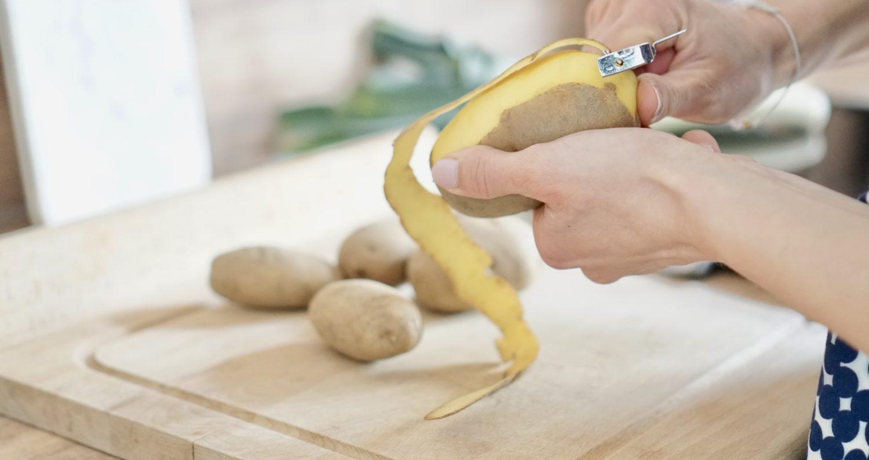 susamamma's signature dish - Kartoffel-Lauch-Erbsen-Durcheinander, Kartoffeln schälen