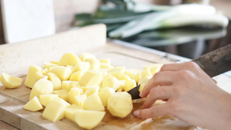 susamamma's signature dish - Kartoffel-Lauch-Erbsen-Durcheinander, Kartoffeln in mundgerechte Stücke schneiden