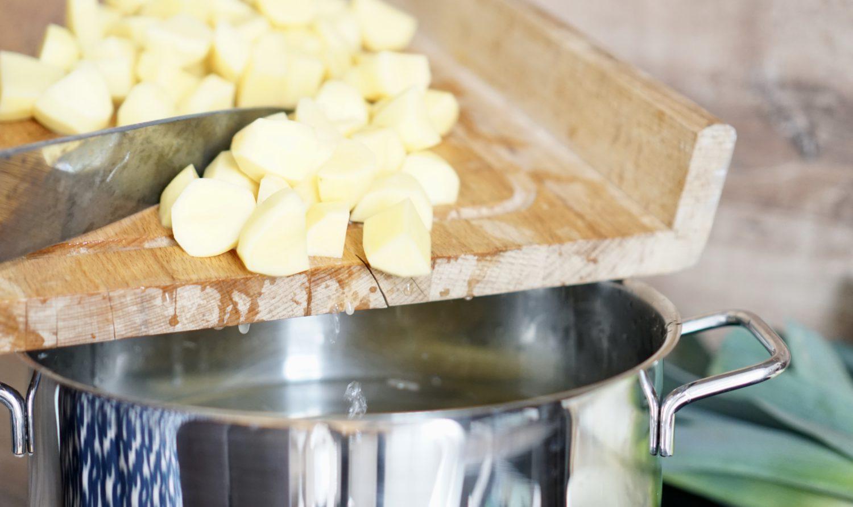 susamamma's signature dish - Kartoffel-Lauch-Erbsen-Durcheinander, Kartoffeln in den Topf