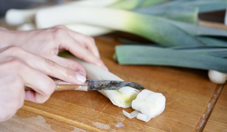 susamamma's signature dish - Kartoffel-Lauch-Erbsen-Durcheinander, Lauch in Ringe schneiden