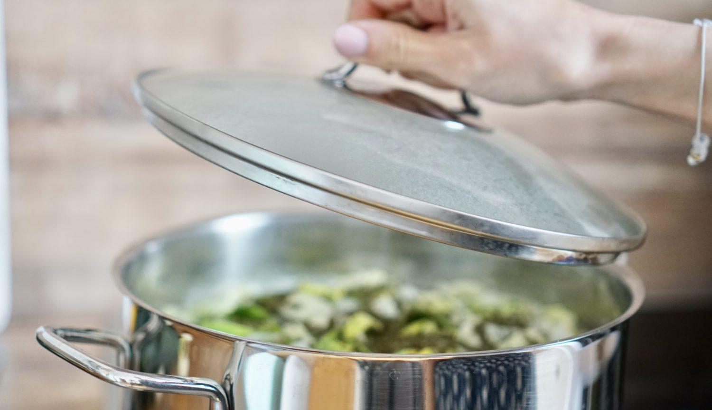 susamamma's signature dish - Kartoffel-Lauch-Erbsen-Durcheinander, Deckel drauf und köcheln lassen