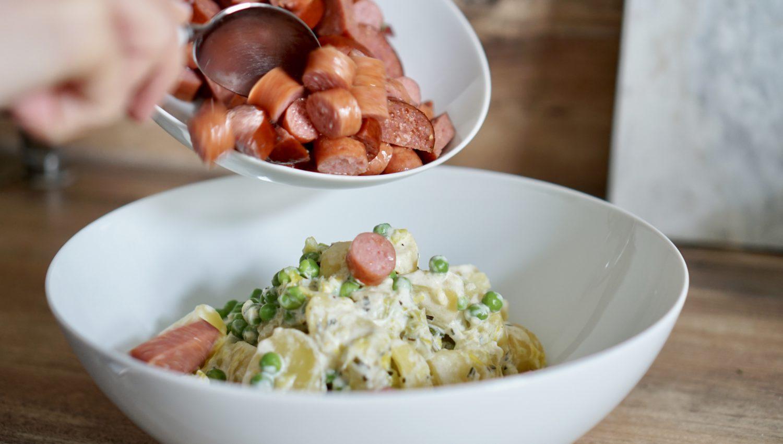 susamamma's signature dish - Kartoffel-Lauch-Erbsen-Durcheinander, Mettwurst klein schneiden und zum Gemüsedurcheinander geben.