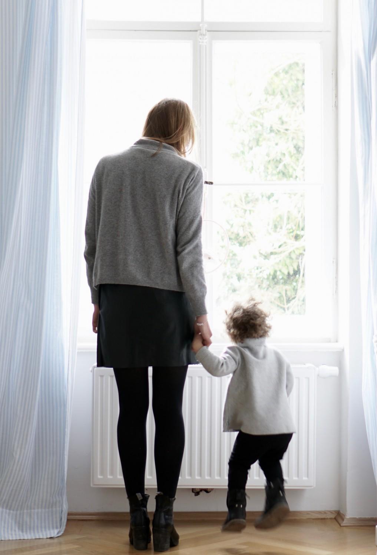 Krippeneingewöhnung Part 1 Mama und Tochter von hinten