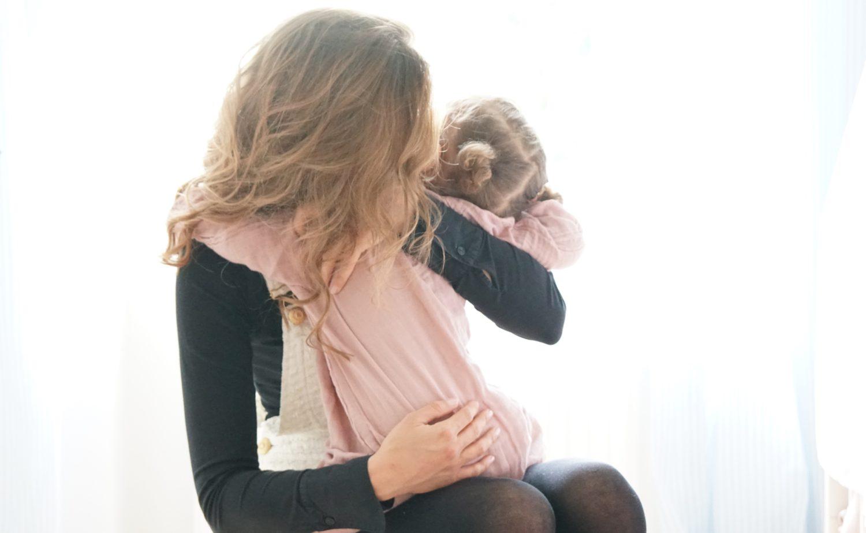 Krippeneingewöhnung Part 2 große Umarmung Mama und Tochter