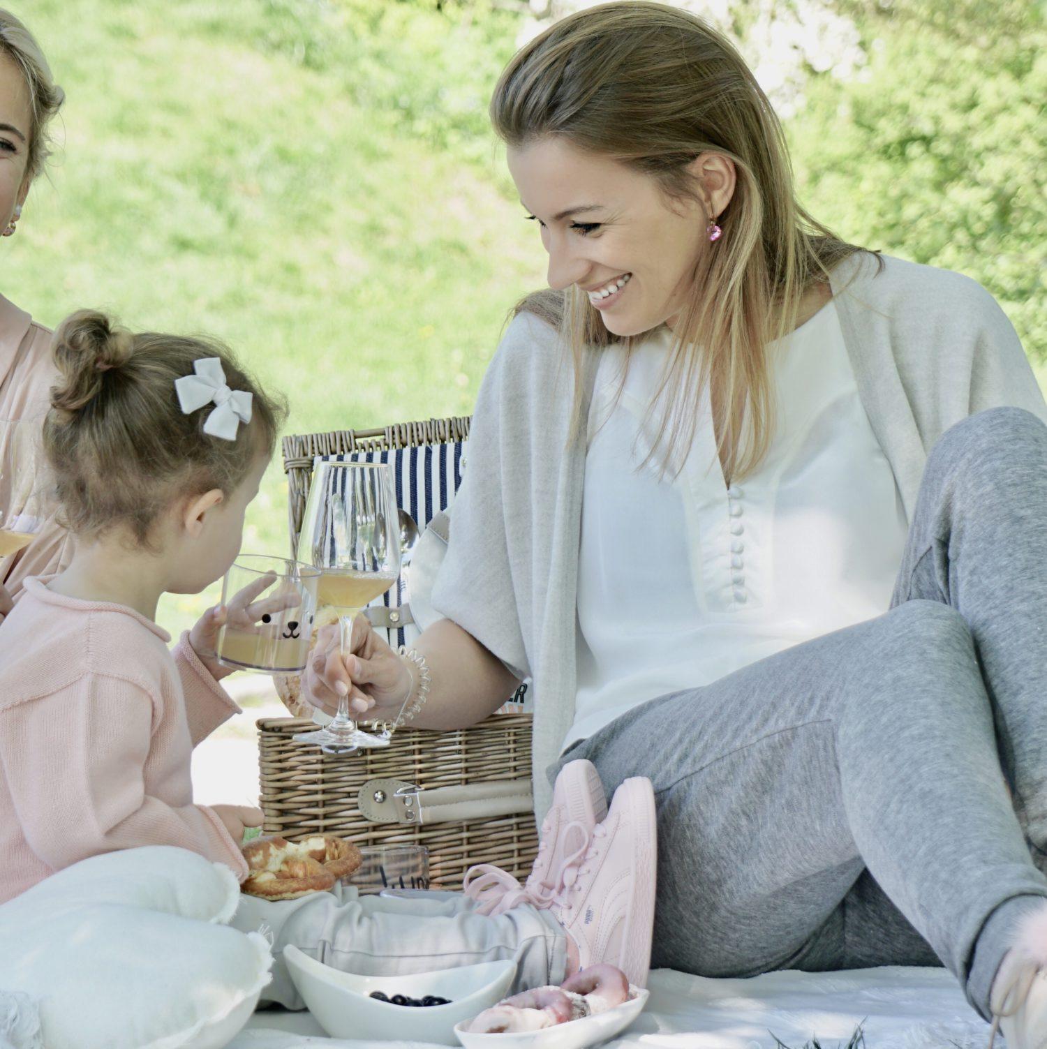 Krippeneingewöhnung Part 2 Mama und Tochter stoßen an