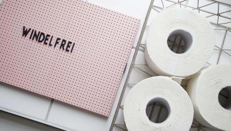 Letterboard Windelfrei neben den Toilettenpapierrollen