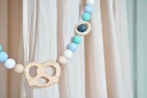 Das Geschenk zur Geburt + 3 Baby & Kind Shop Empfehlungen - Kinderwagenkette von LOVEM mit Brezel in Pastell