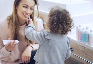 Hautpflege im Winter Minnie cremt Mama ein mit das boep