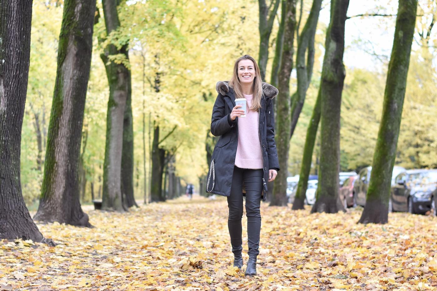 Susanna beim Spaziergang in Winterjacke, lächelt in die Kamera.
