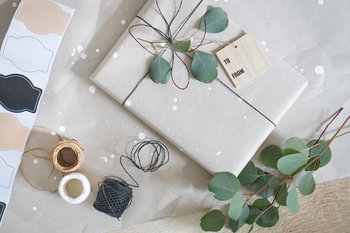 Geschenke verpacken - recycling DIY & Last Minute Geschenk mit Sticker