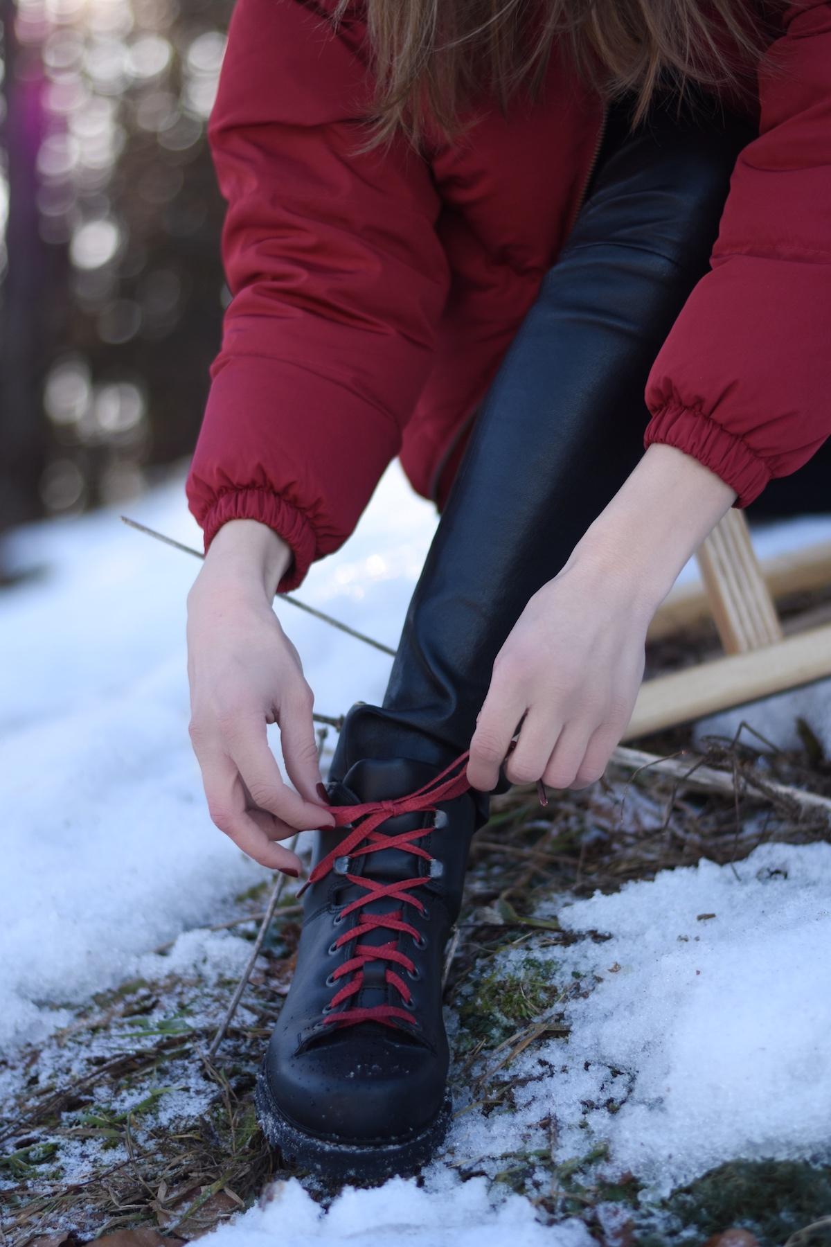 Chic & Schlittentauglich - Ein Winterschuh für alle Fälle + Outfit, Schwarze Schuhe Rote Schnürsenkel