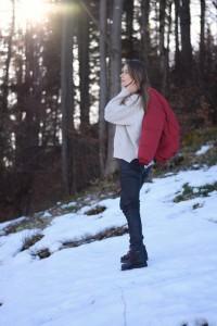 Chic & Schlittentauglich - Ein Wanderschuh für alle Fälle + Outfit, Susanna steht im Walde