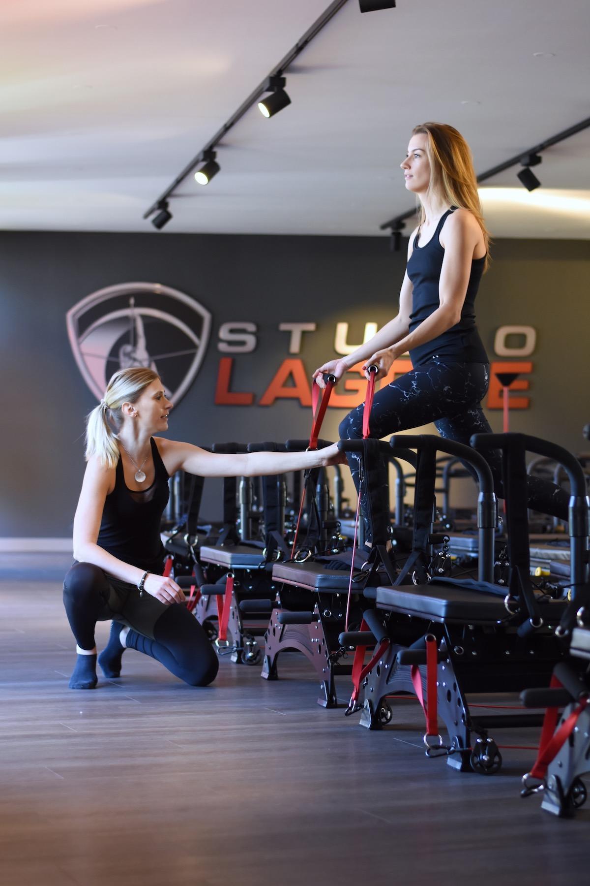 Studio Lagree München - ganzheitliches Fitnesstraining | Interview Korrektur bei den Übungen