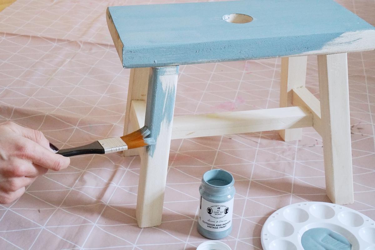 DIY Hocker pimpen & wie der Schemel zum Einsatz kommt Den Hocker blau anpinseln