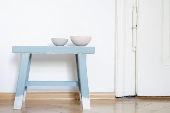 DIY Hocker pimpen & wie der Schemel zum Einsatz kommt kleiner Beistelltsch als Dekoration