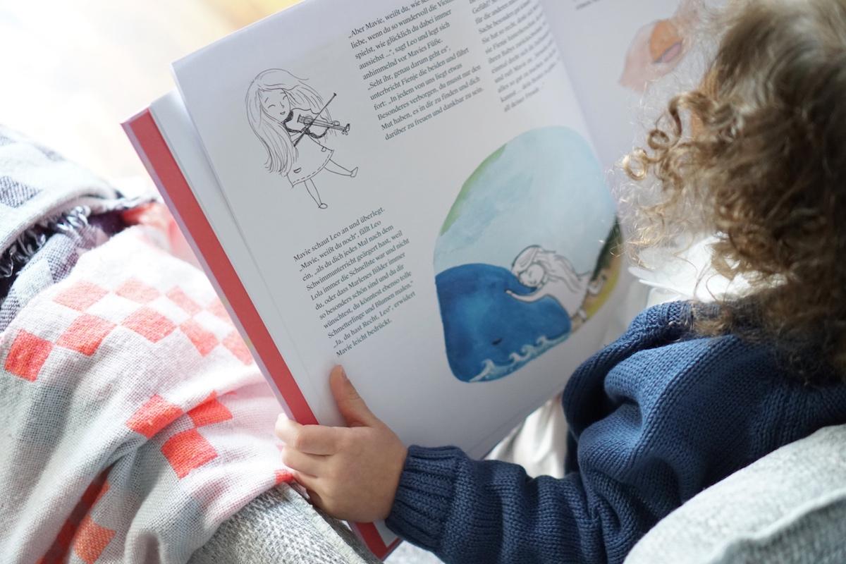 Das Haus mit der Herzenstür - Interview mit Autorin Diana Marino, Minnie schaut sich das Buch an