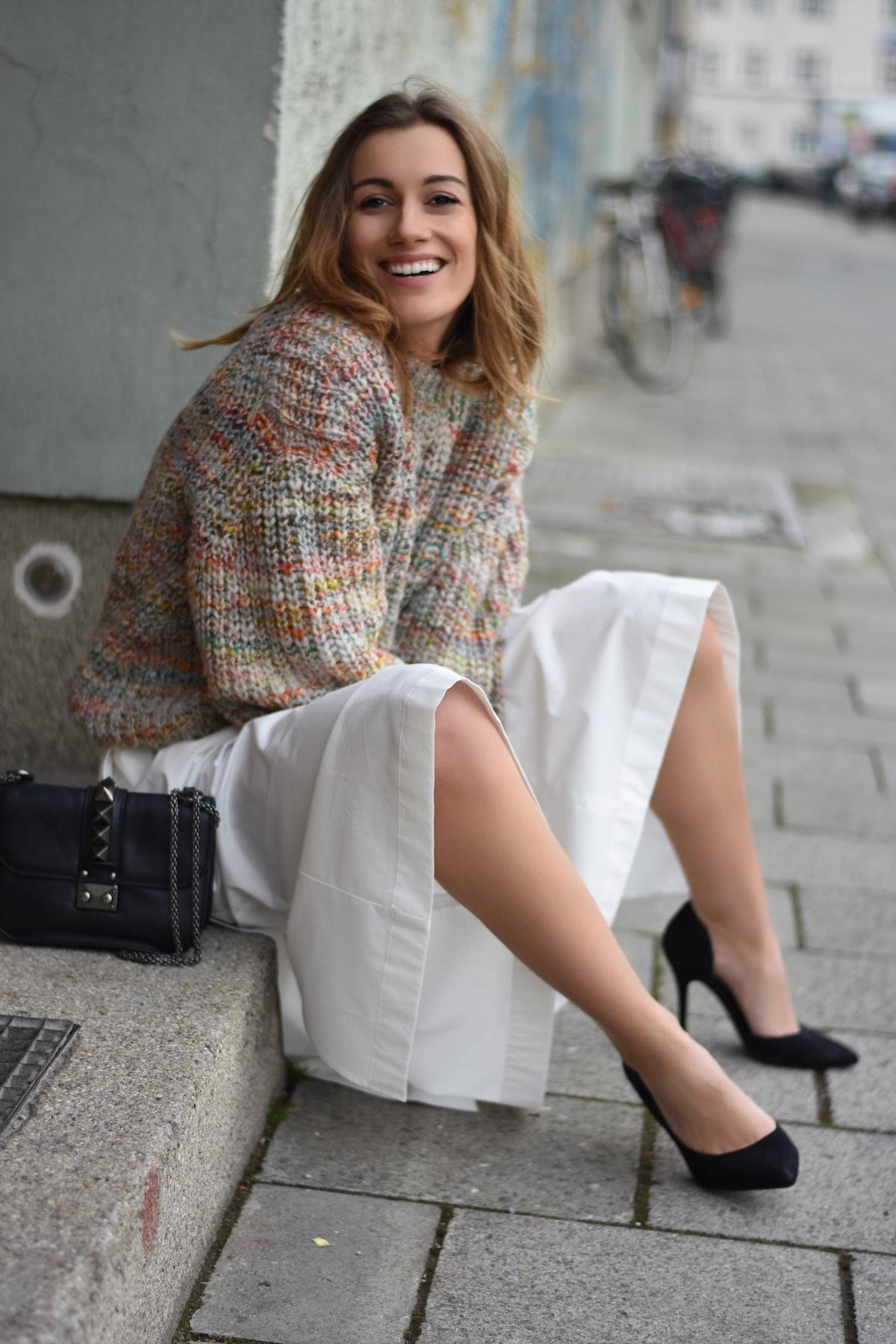 Ein elegant lässiger Frühlingslook | SUSAMAMMASTYLE, Im Hauseingang herrumlungern Fashionblogger Style
