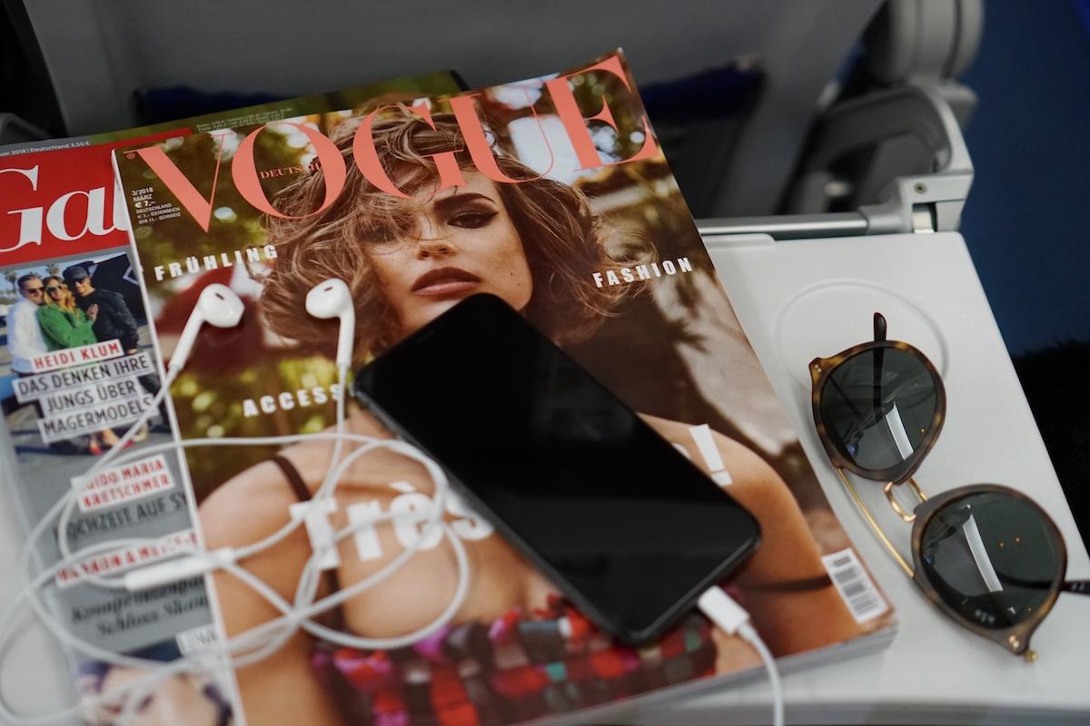 Flugreise ohne Kind - 5 Dinge die anders sind Frau sein und Zeitschriften durchblättern