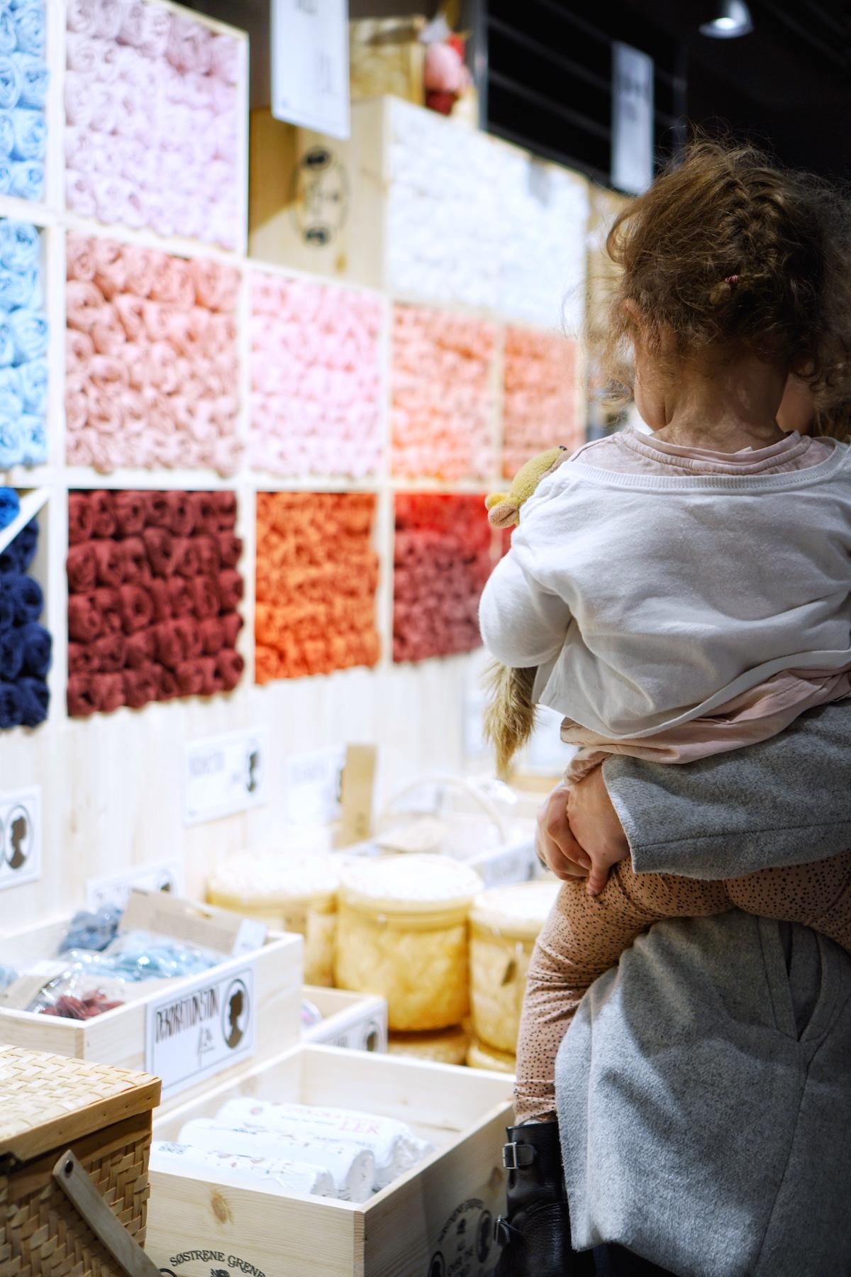 Søstrene Grene in München & jetzt auch Kinderzimmereinrichtung Minnie schaut sich die Wolle an