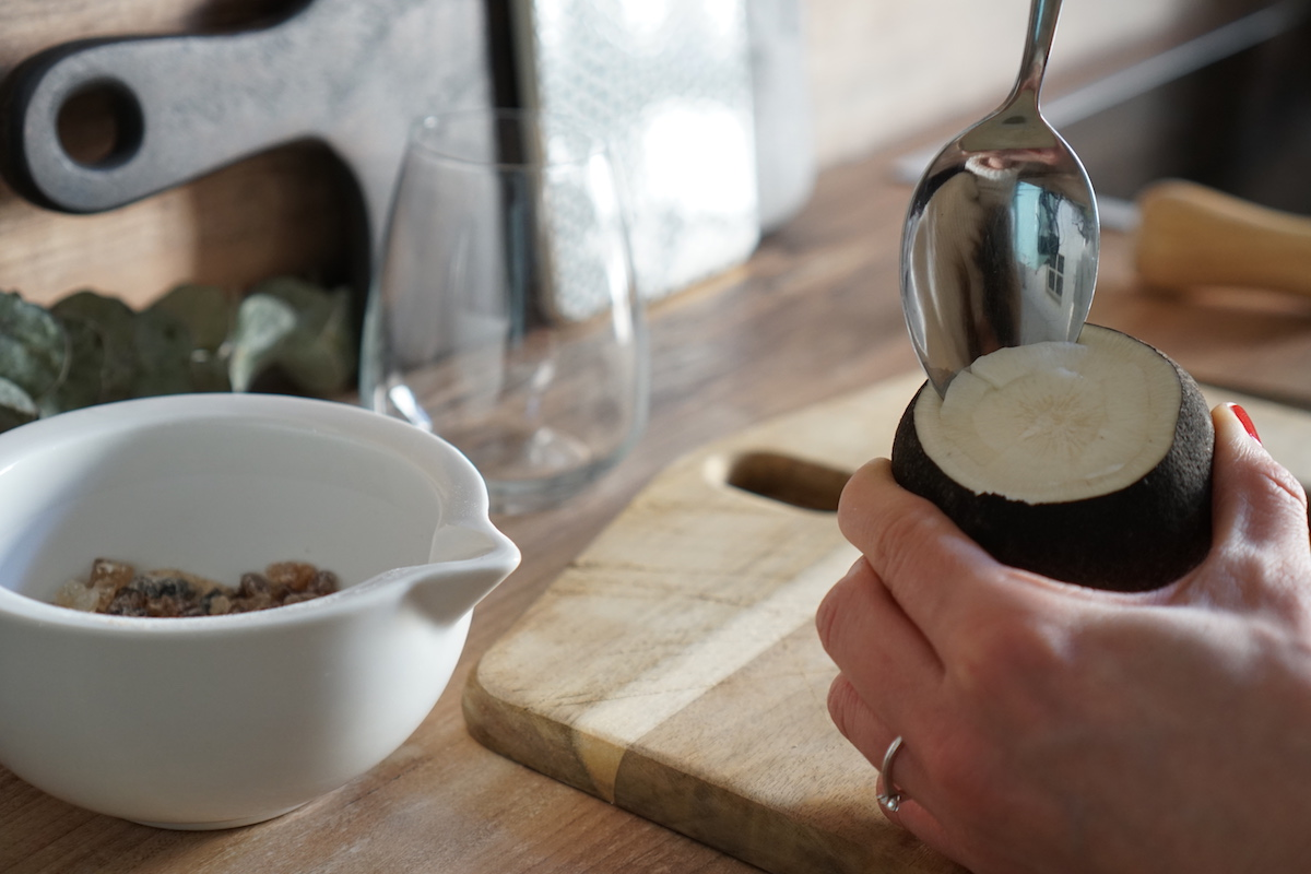 Hausmittel: selbstgemachter Hustensaft - schwarzer Rettich & Zucker, Rettich aushölen