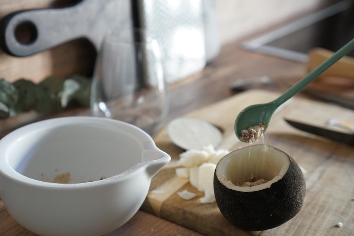 Hausmittel: selbstgemachter Hustensaft - schwarzer Rettich & Zucker, den Rettich nach und nach mit Zucker auffüllen