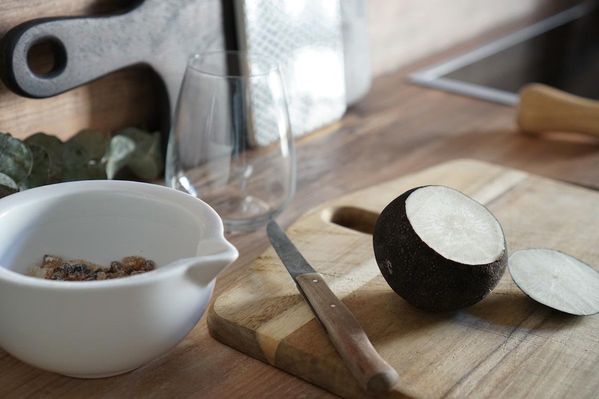Hausmittel: selbstgemachter Hustensaft - schwarzer Rettich & Zucker, schneide den Deckel des Rettichs ab
