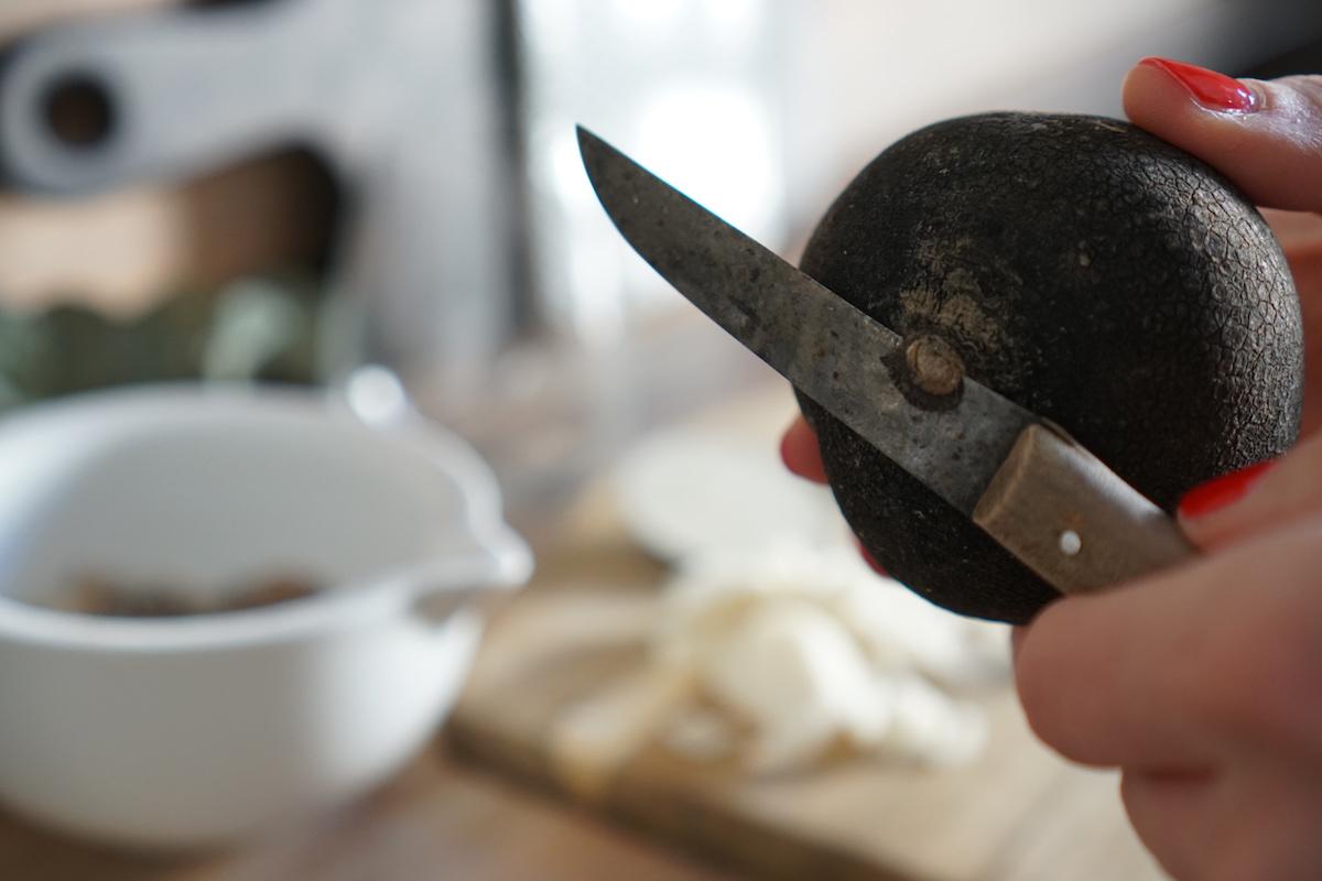 Hausmittel: selbstgemachter Hustensaft - schwarzer Rettich & Zucker, untere Spitze abschneiden