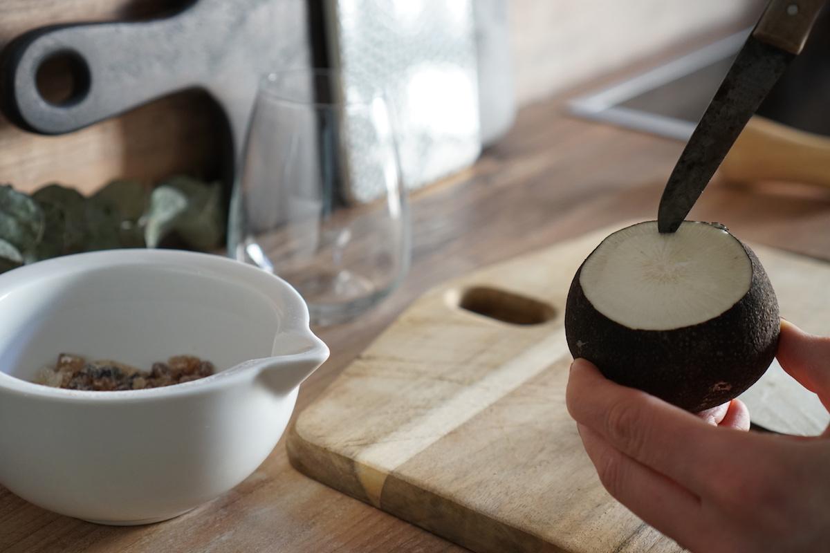 Hausmittel: selbstgemachter Hustensaft - schwarzer Rettich & Zucker, zum Aushölen einen Kreis mit einem Messer ziehen