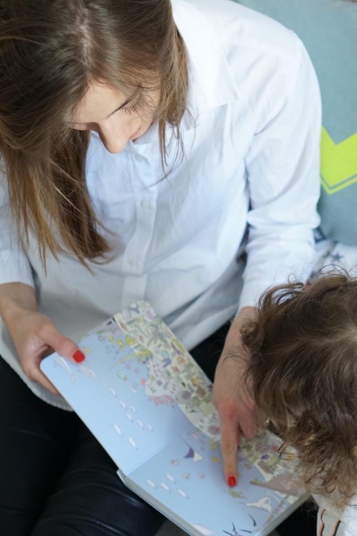 Malen und Lesen mit Vicky Bo Mama und Minnie schauen sich ein Buch an