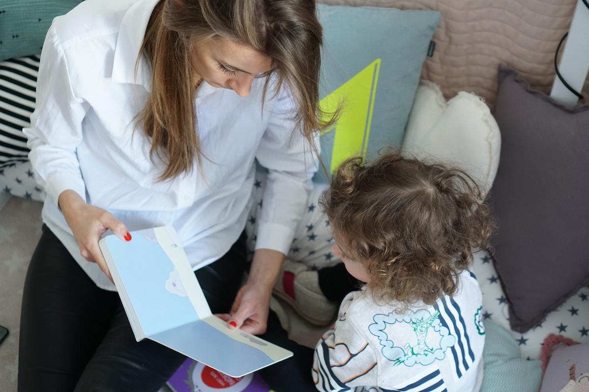 Malen und Lesen mit Vicky Bo gemeinsam ein Buch anschauen
