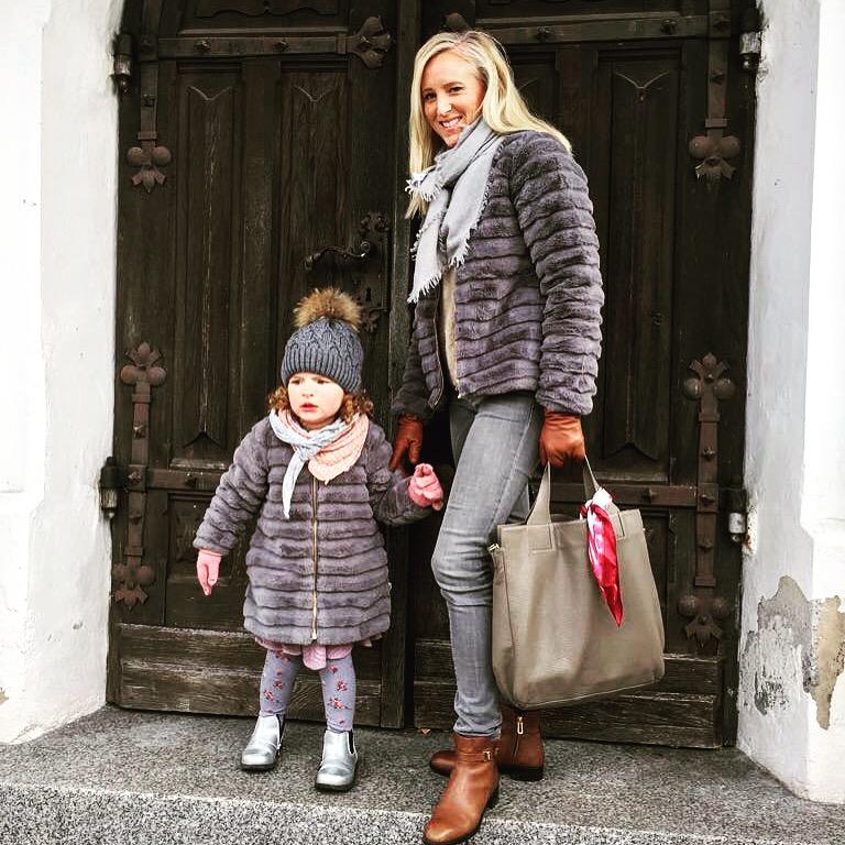 Victoria Haller und ihre Tochter im Partnerlook mit Jacke von POMPdeLUX