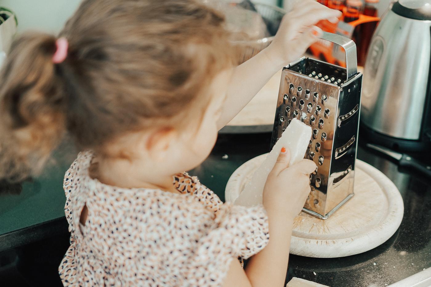 Kochen mit Kind, Kinder aufgaben machen lassen, die sie können