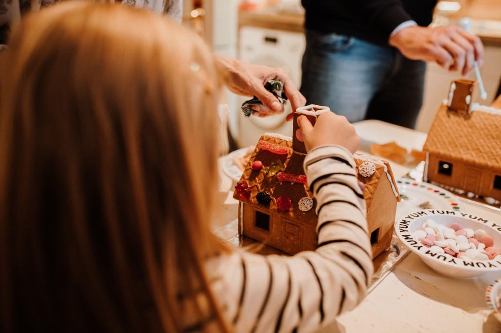 Mottogeburtstag: LET'S GET WILD - Minnies 4. Geburtstag in a box verzieren Pfefferkuchenhaus