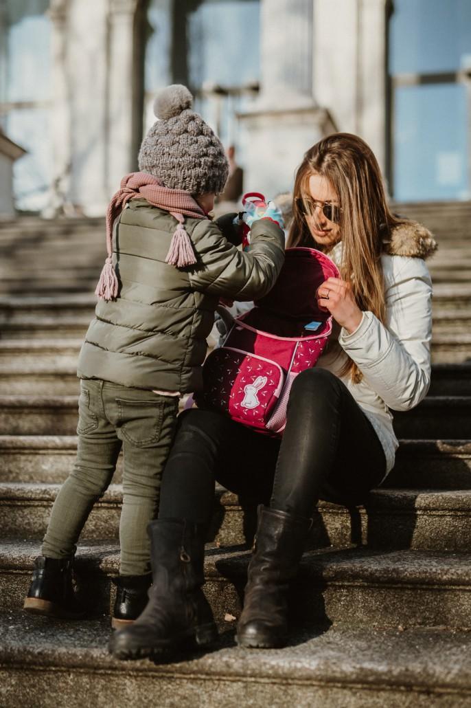 Kindergartenrucksack - Was ist wichtig? Was muss hinein?Auf der Treppe Pause